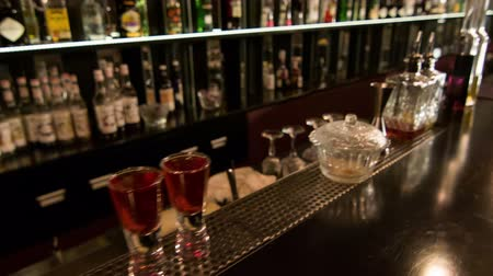loungebar : Alcohol shots. Dolly shot van de bar in de nacht club met verschillende alcoholische dranken staan ​​erop