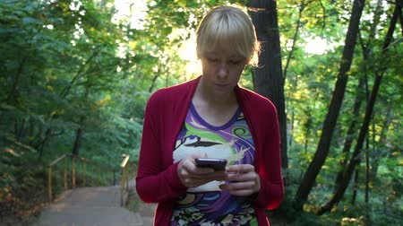 cômico : Young Woman Texting On Smartphone In A Park