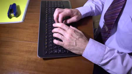 vstup : Man typing on the keybpard in the office 4K