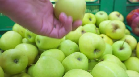 supermarket shelf : Male hand selecting fresh apples at the supermarket Stock Footage