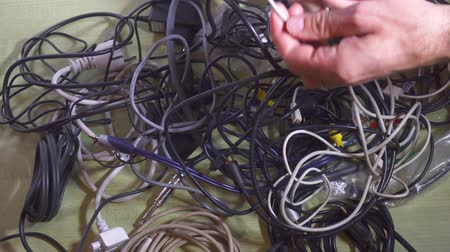 zęby : Man untangling tangled cables. Closeup. Wideo