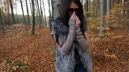 sentimentos : Girl wears sunglasses in the autumn forest