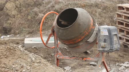 beton : working orange cement mixer close-up