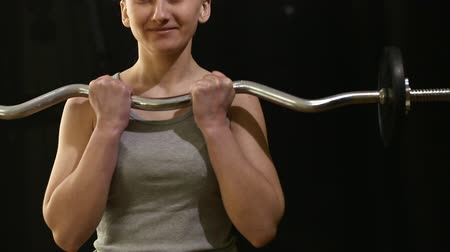 бицепс : girl trains the biceps