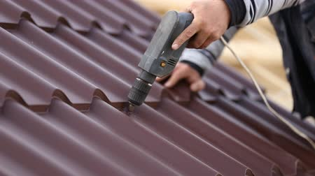terracota : workers install metal roofing Stock Footage