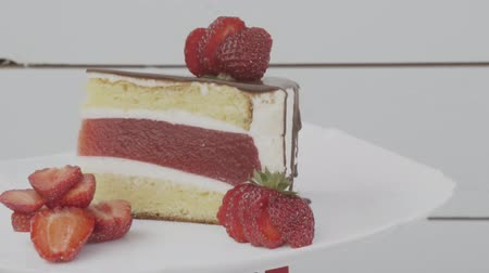 çilek : cake with strawberry jelly