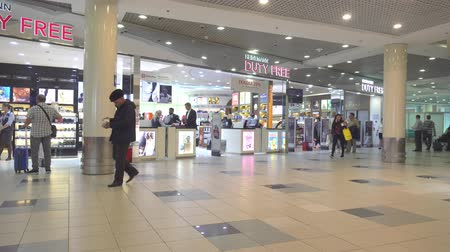kötelesség : MOSCOW, RUSSIA - OCTOBER 19, 2017: Hall with duty free shop in Domodedovo international airport in Moscow