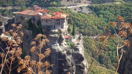 meteorou : View of the Varlaam monastery on the rock in Meteora from above, Greece Stock Footage
