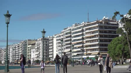 zár : THESSALONIKI, GREECE - OCTOBER 24, 2017: Sea-front in Thessaloniki with walking people (Nikis Avenue), Greece