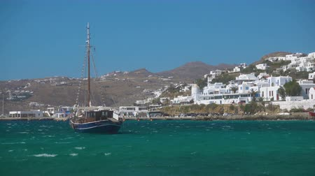 égei : Touristic ship and port of Mykonos (Chora), Greece