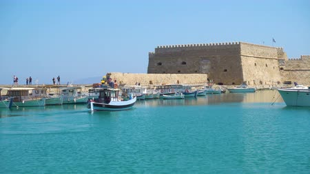 bastião : Venetian Fort in Heraklion and unmooring fishing boat, Crete Island, Greece Vídeos