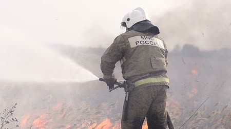 vadon : Firefighter extinguishes fire Stock mozgókép