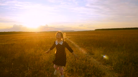красные волосы : Cheerful girl at sunset on the road running