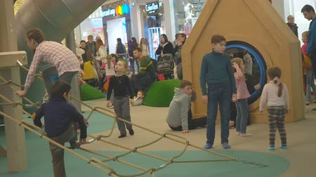 drabina : Moscow, Russia - September 16, 2018: Kids plaing in the play area of the shopping center under parental control. Playful Children frolic in the gaming zone of the shopping center under the supervision of parents.