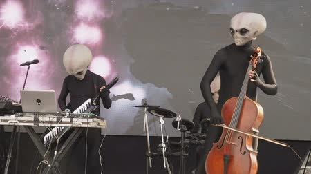 paranormaal : MOSCOW, RUSSIA - OCTOBER 20, 2018: Geek Pecnic - Art, Science, Tech Open Air in Moscow. Performance of Music Band Humanoid Opera Funny Alien Musicians Plays Classical Music in Modern Arrangement on a Different Musical Instruments