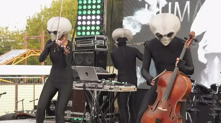 виолончель : MOSCOW, RUSSIA - OCTOBER 20, 2018: Geek Pecnic - Art, Science, Tech Open Air in Moscow. Performance of Music Band Humanoid Opera Funny Alien Musicians Plays Classical Music in Modern Arrangement on a Different Musical Instruments