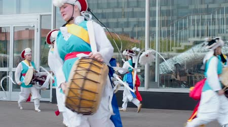 perkusja : Moscow, Russia, July 12, 2018: Korean culture festival. A group of musicians and dancers in bright colored suits perform traditional South Korean folk dance Samul nori Samullori or Pungmul and play percussion Korean musical instruments