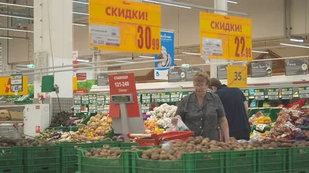 consumir : MOSCOW SEPTEMBER 29, 2018: Diversity people buy products in Auchan. Many people make purchases in Ashan hypermarket. Flat video Stock Footage