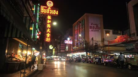 cartelloni : Bangkok, Thailand - May 8, 2019: The movement of cars and people in the night asian city. Lights of a big city. Chinatown is the big market shopping and foods street. Street Food Shopping Area, Yaowarat Road. Night life with many people and traffic at Chi Filmati Stock