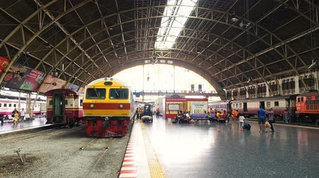 utas : Bangkok, Thailand - May 25, 2019: Old Bangkok Railway Station unofficially known as Hua Lamphong station. The main railway station in Bangkok, Thailand the center of the city in the Pathum Wan District. Thais and tourist are waiting for the train. It is t