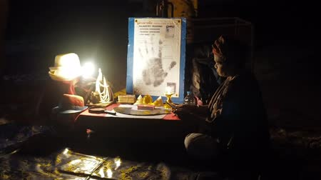 Çingene : African fortuneteller lady sits on the beach fingering tarot cards. African fortune-teller on tarot cards invites people to fortune-tell on cards and find out fate. A gypsy fortune teller at the table reads the future