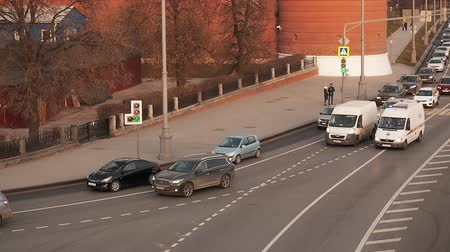 ambulância : Moscow, Russia - November 23, 2019: View from Big Stone Bridge to the Moskvoretskaya embankment near Kremlin in Moscow on the sunset. Traffic in a big city. The movement of cars on a broadband highway in a metropolis. Smooth camera movement. The ambulance Vídeos
