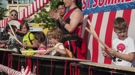 percussão : Moscow, Russia - July 21, 2019: Japanese taiko artist teaches children to play on the taiko drums on scene during the japanese festival J-fest Vídeos