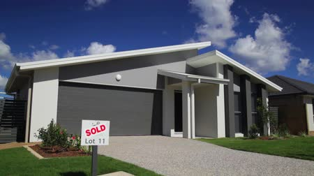 subúrbio : Stylish new suburban Australian home with SOLD sign.