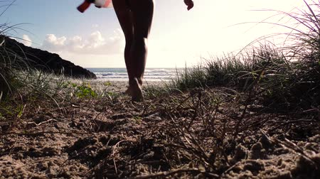 prancha de surfe : Surfer girl running to beach with surfboard at sunrise. Slow motion. Vídeos