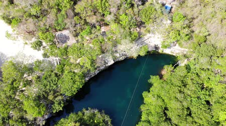 Luchtfoto van een zoetwater cenote in de jungle van Yucatan, Quintana Roo, Mexico Stockvideo
