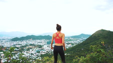 atleta : Woman runner happy and celebrating success. Female run on top of the mountain
