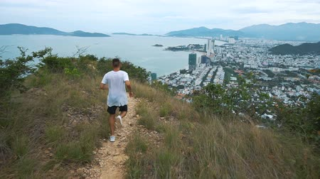 atleta : Fit handsome athletic male working out. Man run on mountain with city view