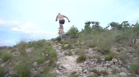 atleta : Running man on mountain road. Sport fitness boy exercising outside in mountain. Living healthy lifestyle. Stock Footage