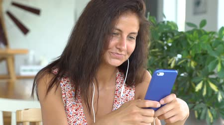 Woman talking on her smartphone Vídeos