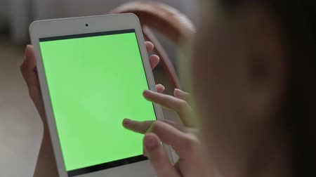 assistindo : Woman hands touching and scrolling tablet.green screen display, HD Vídeos