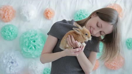 detém : Woman holding little cute rabbit, HD