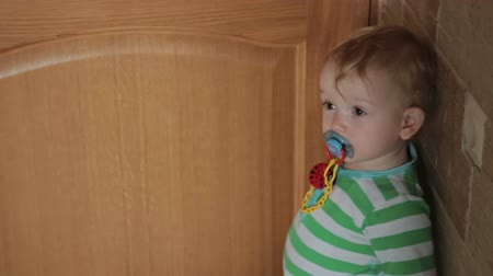 ajtó : Little boy close and open the door