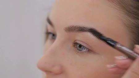 kaşları : Professional make-up artist drawing eyebrows