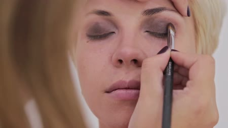 contornos : Professional make-up artist applying eyeshadow