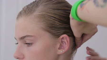 estilista : Professional hairdresser, stylist doing hairstyle for teen girl and using barrette for fixing hairdo in white make up room. Beauty and haircare concept Vídeos