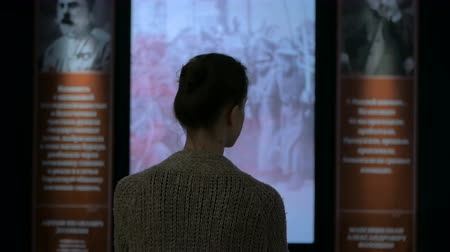 galeria : Young woman looking around in modern historical museum. Evening time, lowlight. Education and entertainment concept Stock Footage