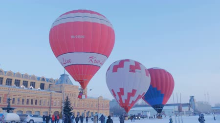 dirigível : NIZHNY NOVGOROD, RUSSIA - FEBRUARY 24, 2018. Mass-start on the festival of hot air ballons