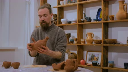 kamenina : Professional male potter making ceramic jug in pottery workshop, studio. Handmade, art and handicraft concept Dostupné videozáznamy