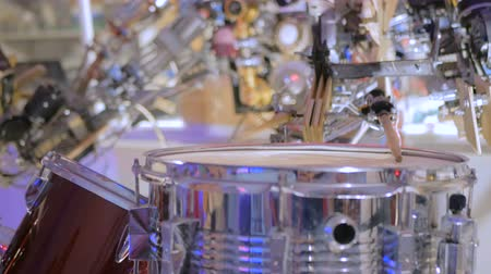 baqueta : Vintage robot playing drums. Close up shot of robot hand with drumstick. Future and robotic concept Stock Footage
