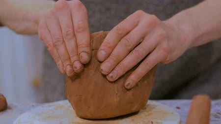 louça de barro : Professional male potter making ceramic jug in pottery workshop, studio. Close up shot of potters hands. Handmade, art and handicraft concept