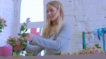 florista : Professional floral artist, florist sorting flowers for bouquet at workshop, flower shop. Floristry, handmade and small business concept Stock Footage
