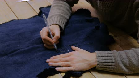 forro : Professional male skinner, furrier working with beaver fur skin at atelier, workshop. Fashion and leatherwork concept