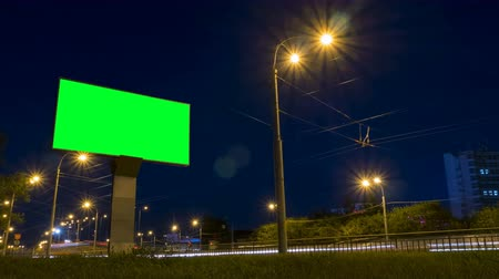 korkuluk : Green screen billboard on highway with traffic at evening time. Timelapse shot with fast moving cars Stok Video
