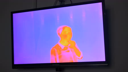 temperatura : Thermographic camera view of woman
