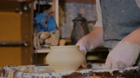 hrnčíř : Professional male potter working in workshop, studio. Handmade, small business, crafting work concept